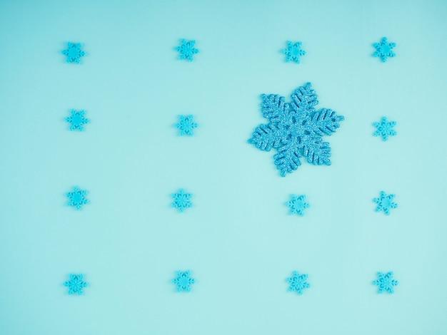 Fondo azul de navidad con copos de nieve.