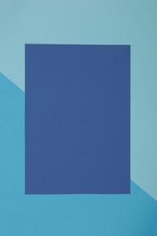 Fondo azul, el papel de color se divide geométricamente en zonas