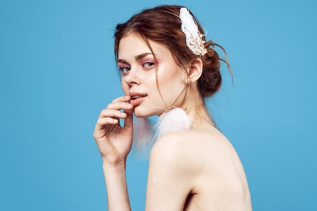 Fondo azul del primer azul del primer de la mirada atractiva del maquillaje brillante de la decoración de la mujer bonita. foto de alta calidad