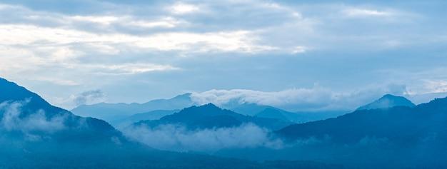 Fondo azul del tono de la montaña del paisaje.