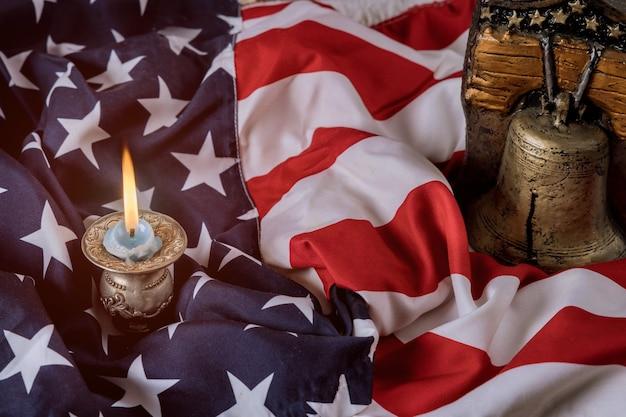 El fondo de la bandera estadounidense en el día de los caídos honra el respeto militar patriótico estadounidense en la memoria de la vela