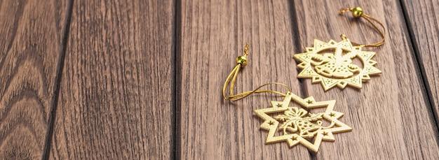 Fondo de banner web de navidad con adornos festivos de navidad