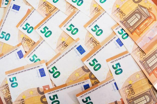 Fondo de billetes de cincuenta euros de la moneda euro en europa. fondo colorido financiero.