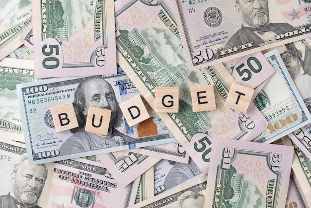 Fondo de billetes de un dólar y un presupuesto de palabra. concepto de financiación e inversión.