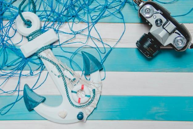 Fondo blanco y azul con cámara, ancla y cuerda