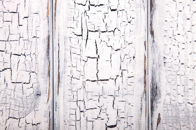 Fondo blanco de madera con efecto crepitante.