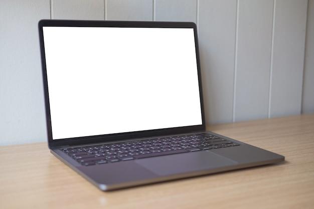 Fondo blanco de la maqueta de computadora en la tabla. portátil con pantalla en blanco.