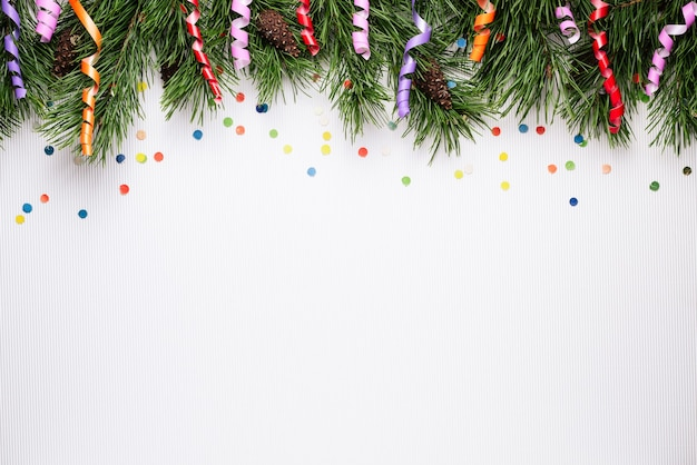 Fondo blanco de navidad y año nuevo con ramas de pino y confeti festivo. copiar espacio para texto
