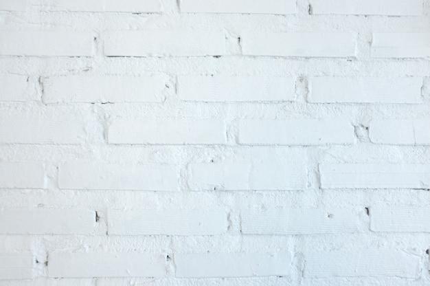 Fondo blanco de la pared de ladrillo en sitio rural.