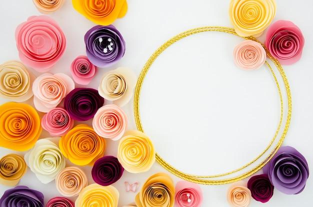 Fondo blanco plano con marco de flores de papel redondo