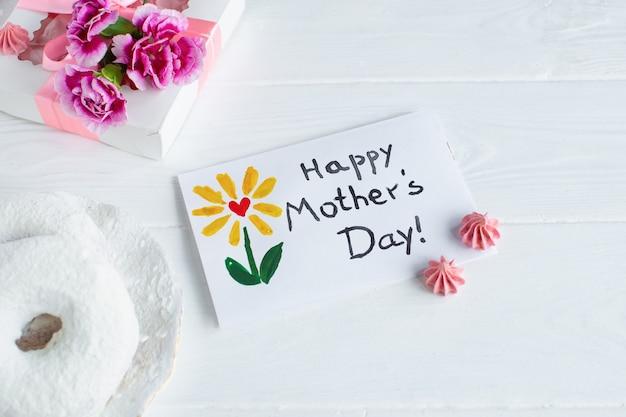 Fondo blanco de la tarjeta del día de la madre. texto feliz día de las madres.
