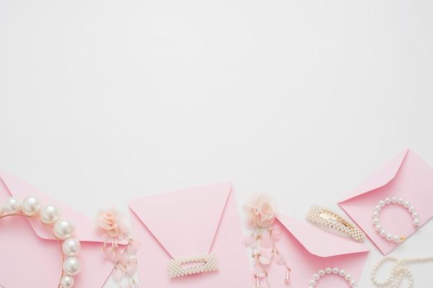 El fondo de la boda decorado con sobres de invitación, con copia espacio.