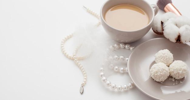 Fondo de boda, flor de algodón decorada, horquillas de perlas, con espacio de copia. concepto de boda plana.