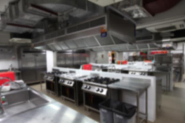 Fondo borroso de la cocina con equipo de cocina, nadie dentro.
