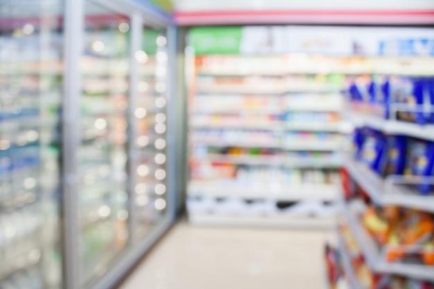 Fondo borroso de los estantes del refrigerador de la tienda de conveniencia