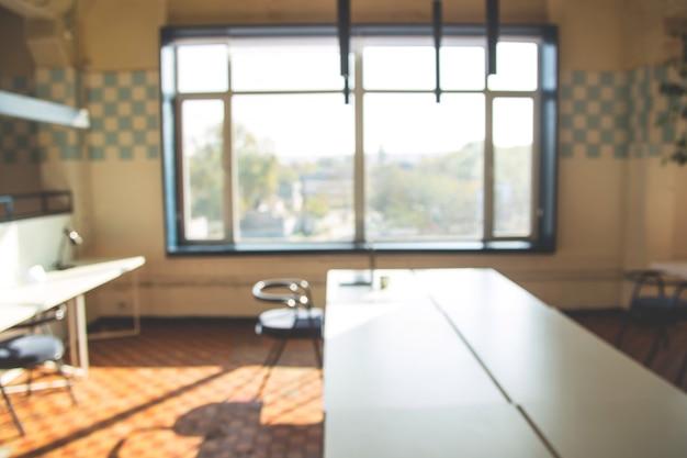 Fondo borroso de un lugar de trabajo moderno con un interior brillante.