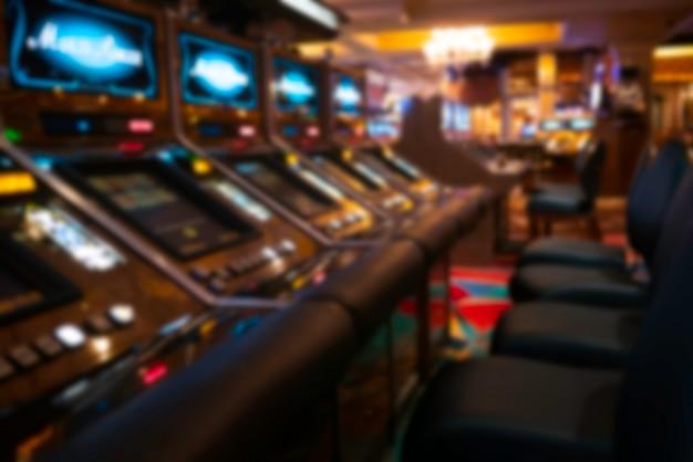 Fondo borroso de máquinas tragamonedas en el casino