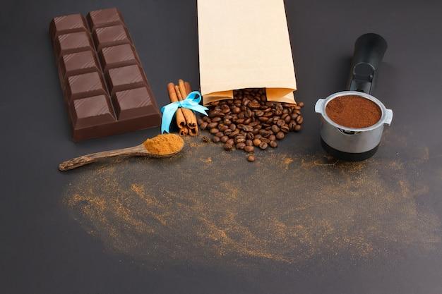 Fondo de café. café en soporte, granos de café, barra de chocolate, canela