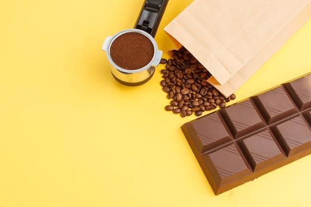 Fondo de café. café en un soporte, granos de café, barra de chocolate.
