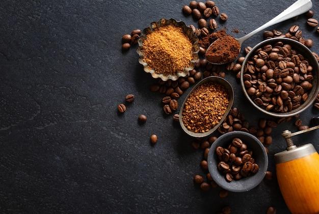 Fondo de café o concepto de café con granos de café en tazones y azúcar. vista desde arriba