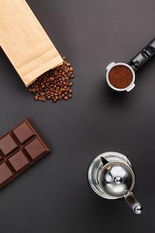 Fondo de café - vista superior. café en soporte, granos de café, barra de chocolate, cafetera