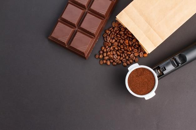 Fondo de café - vista superior. café en un soporte, granos de café, barra de chocolate.