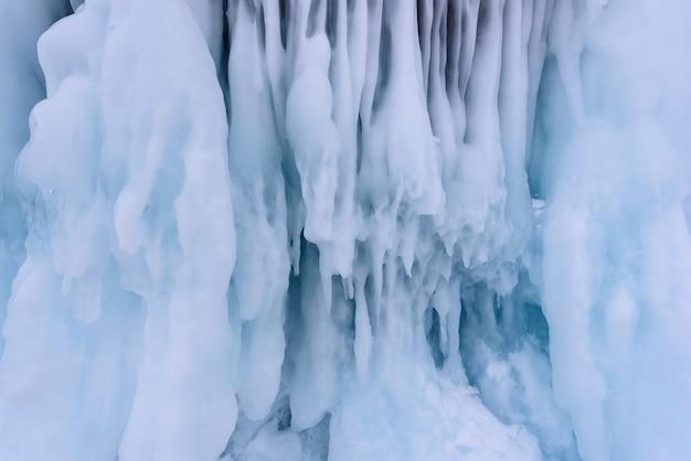 Fondo de carámbanos en la pared de hielo en el lago baikal en invierno