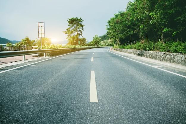 Fondo de carretera y montaña verde