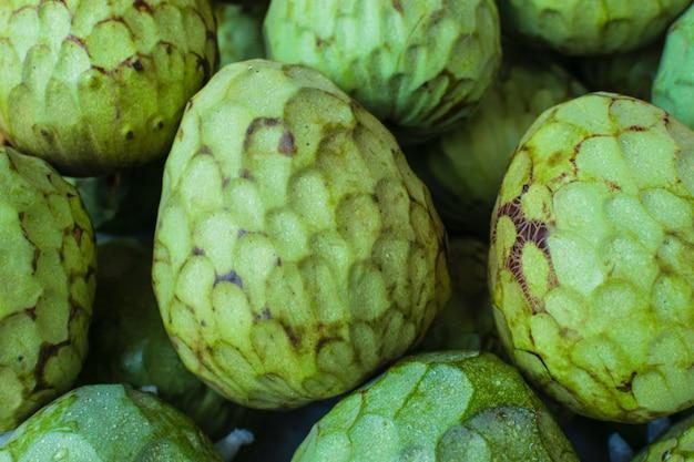 Fondo de chirimoya en un mercado de frutas exóticas.