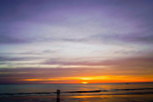 Fondo de cielo al atardecer en la playa en verano