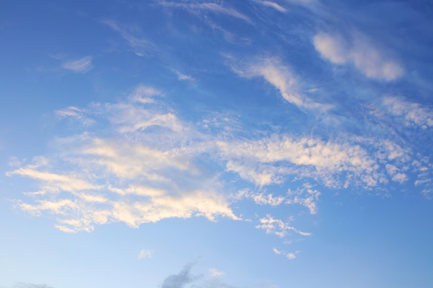Fondo de cielo azul con nubes blancas. nubes con cielo azul. fondo de nubes estampado de cielo. impresión de las nubes