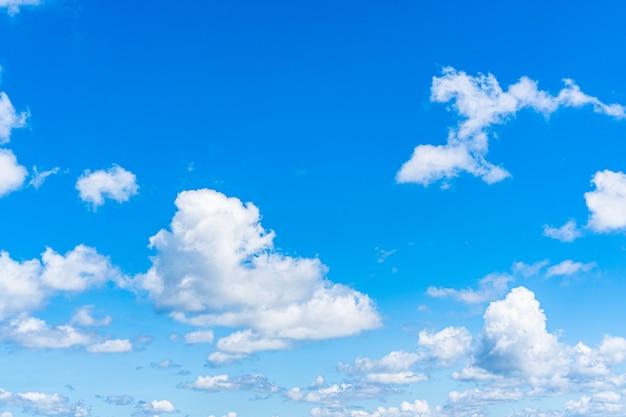 Fondo de cielo azul con nubes, espacio de copia de texto.