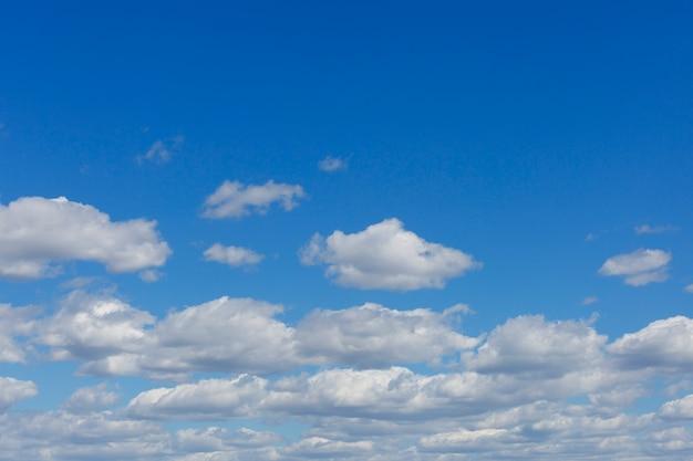 Fondo del cielo azul con las nubes y el espacio de la copia.