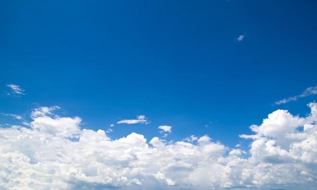 Fondo de cielo azul y nubes