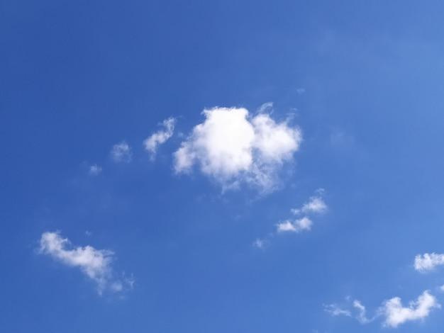 Fondo de cielo azul con nubes.