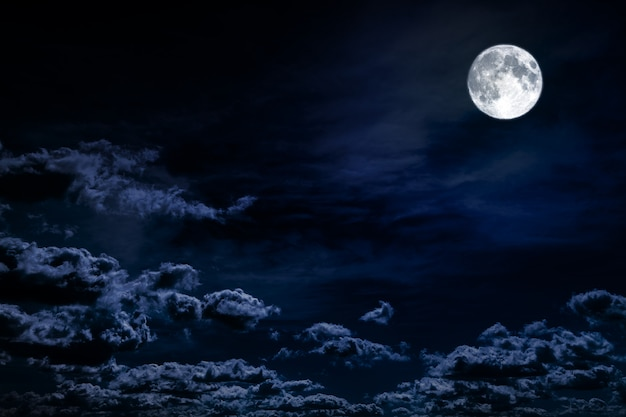 Fondo de cielo nocturno con estrellas, luna y nubes. elementos de esta imagen proporcionada por la nasa.