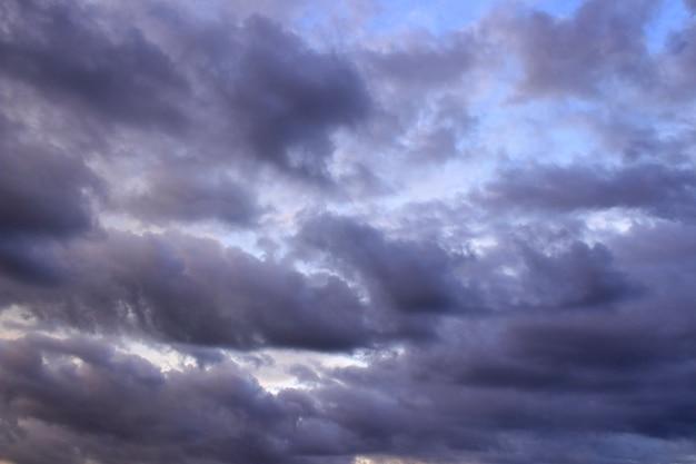 Fondo del cielo; nube oscura en el cielo