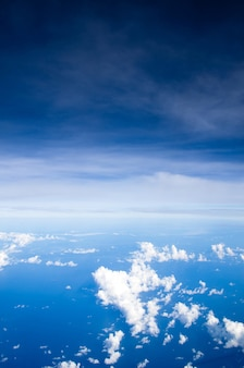 Fondo de cielo y nubes aéreas