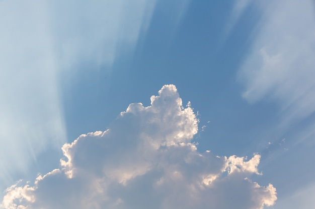 Fondo del cielo de la tarde.