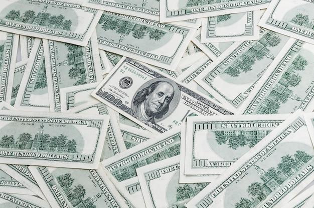 Fondo de cientos de billetes de dólar dispersos a la baja. vista desde arriba.