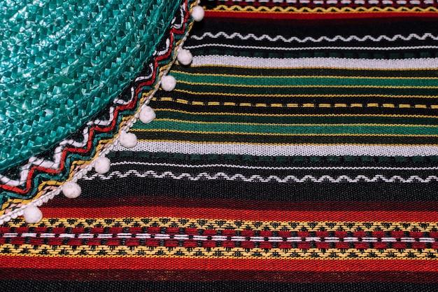 Fondo de cinco de mayo. sombrero mexicano y manta despojada