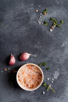 Fondo de cocción de alimentos. especias hierbas y ajo en la mesa de pizarra negra. vista superior de ingredientes alimentarios.