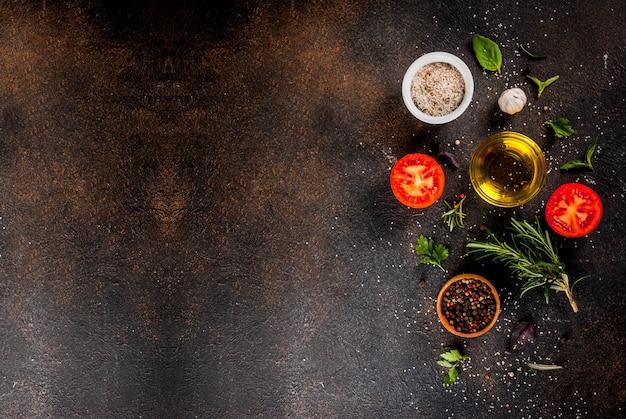 Fondo de cocción, hierbas, sal, especias, aceite de oliva, fondo oxidado oscuro copia espacio vista superior