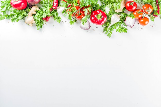 Fondo de cocina con verduras y hierbas frescas