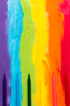 Fondo de color arco iris con marcadores