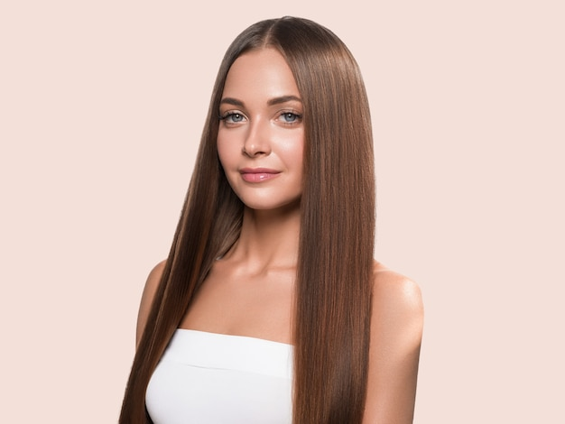 Fondo de color de cara de piel limpia feliz mujer de pelo largo y liso hermoso. rosado