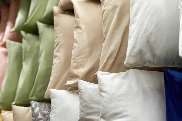 Fondo de coloridas almohadas para la venta en un escaparate