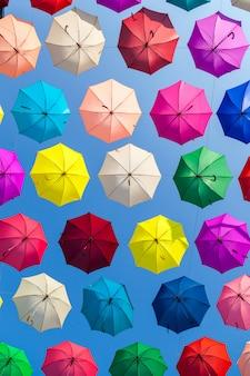 Fondo de coloridas sombrillas. paraguas coloridos en el cielo.