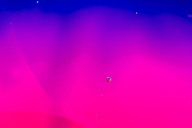 Fondo colorido abstracto en aceite y olas en la superficie del agua