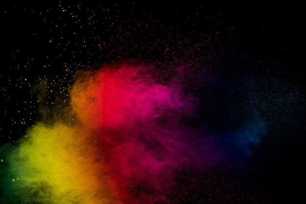 Fondo colorido de explosión de polvo pastel. salpicaduras de polvo de color del arco iris sobre fondo negro.